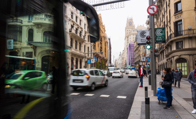 Tráfico en una calle de Madrid Central.