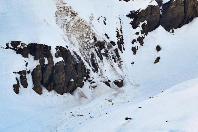 Helicópteros y equipos de rescate buscan supervivientes tras la avalancha en la estación de esquí de Crans Montana.