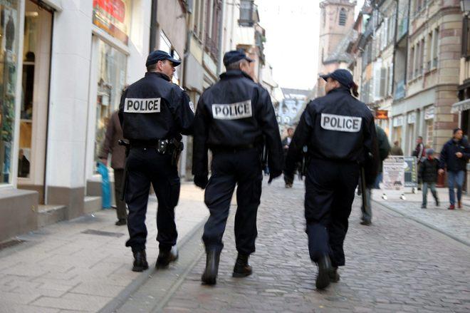 Tres agentes de la Policía francesa.