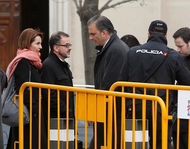 El conseller Alfred Bosch y el dirigente de Vox Javier Ortega Smith, a las puertas del Supremo.