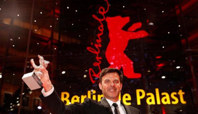 Francois Ozon posa con el Oso de Plata de la Berlinale.