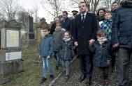 El presidente francés, Emmanuel Macron, visita las tumbas vandalizadas este martes en el cementerio judío de Quatzenheim (Francia).