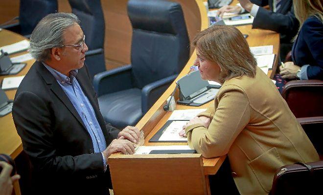 El portavoz del PSPV, Manolo Mata, charla con la síndica del PP, Isabel Bonig en el Hemiciclo.