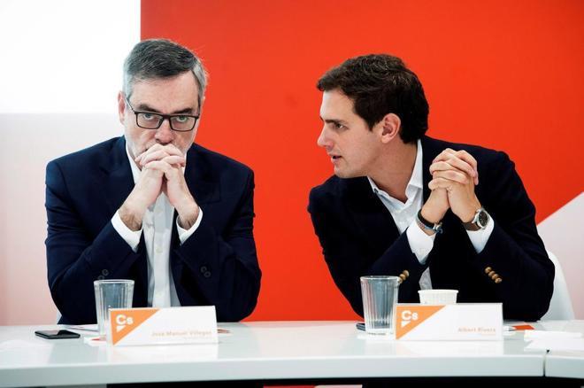 El presidente de Ciudadanos, Albert Rivera (dcha.), junto al...