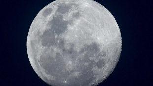 La superluna o luna de nieve vista desde Malasia
