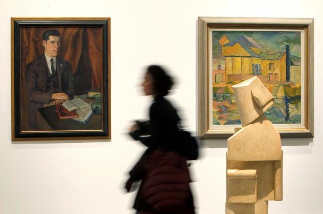 Una visitante recorre la exposición 'Redes de vanguardia: Amauta y América Latina', ayer en el Museo Reina Sofía.