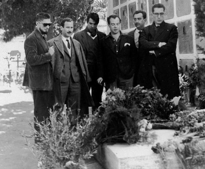 Carlos Barral, Jose Manuel Caballero Bonald, Luis Marquesán, Jaime Gil de Biedma, Ángel González y Joan Ferraté en Colliure, ante la tumba de Antonio Machado, en febrero de 1959.