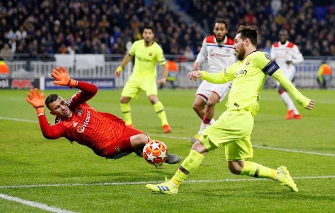 El portero del Lyon Lopes detiene un lanzamiento de Leo Messi.