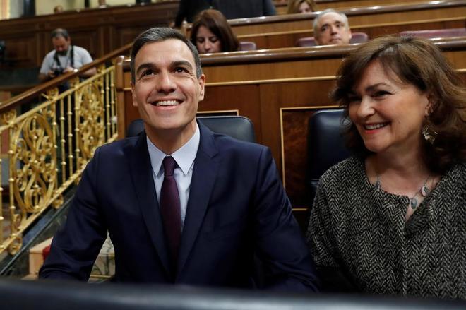 El presidente, Pedro Sánchez, y la vicepresidenta, Carmen Calvo, antes de la sesión de control en el Congreso.
