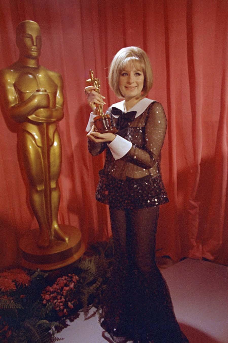 Barbra lució en esta gala de los Oscar un conjunto de blusa y...