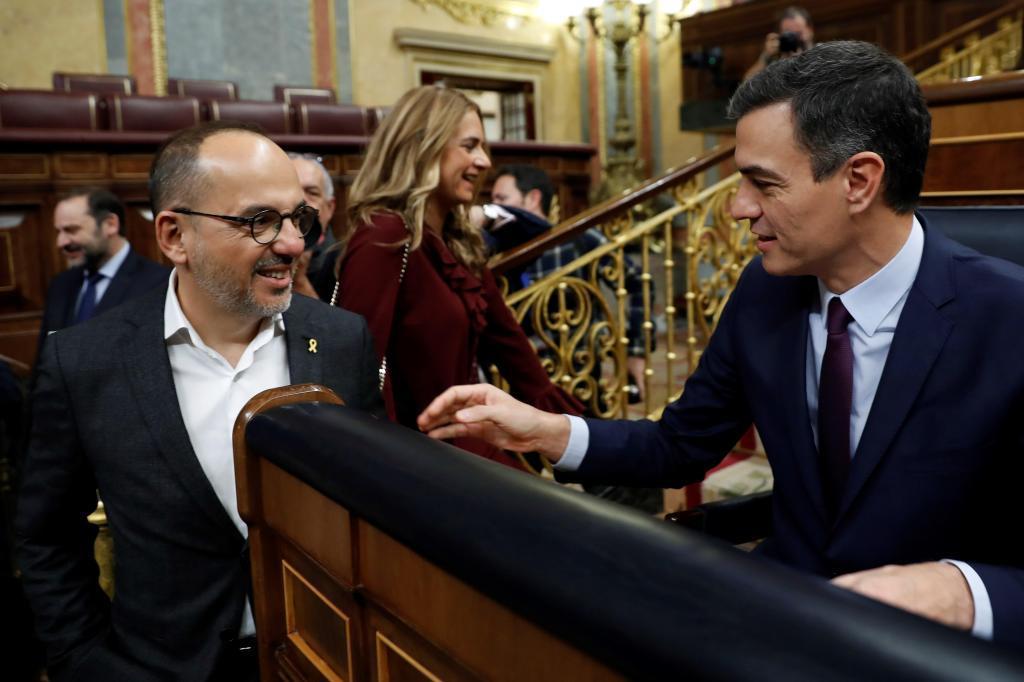 Pedro Sánchez y el portavoz del PDeCAT, Carles Campuzano, este miércoles en el Congreso.