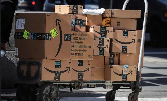 Una veintena de paquetes de Amazon, preparados para ser entregados.