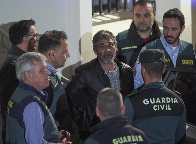 Bernardo Montoya sale de los juzgados de Valverde tras ser detenido.
