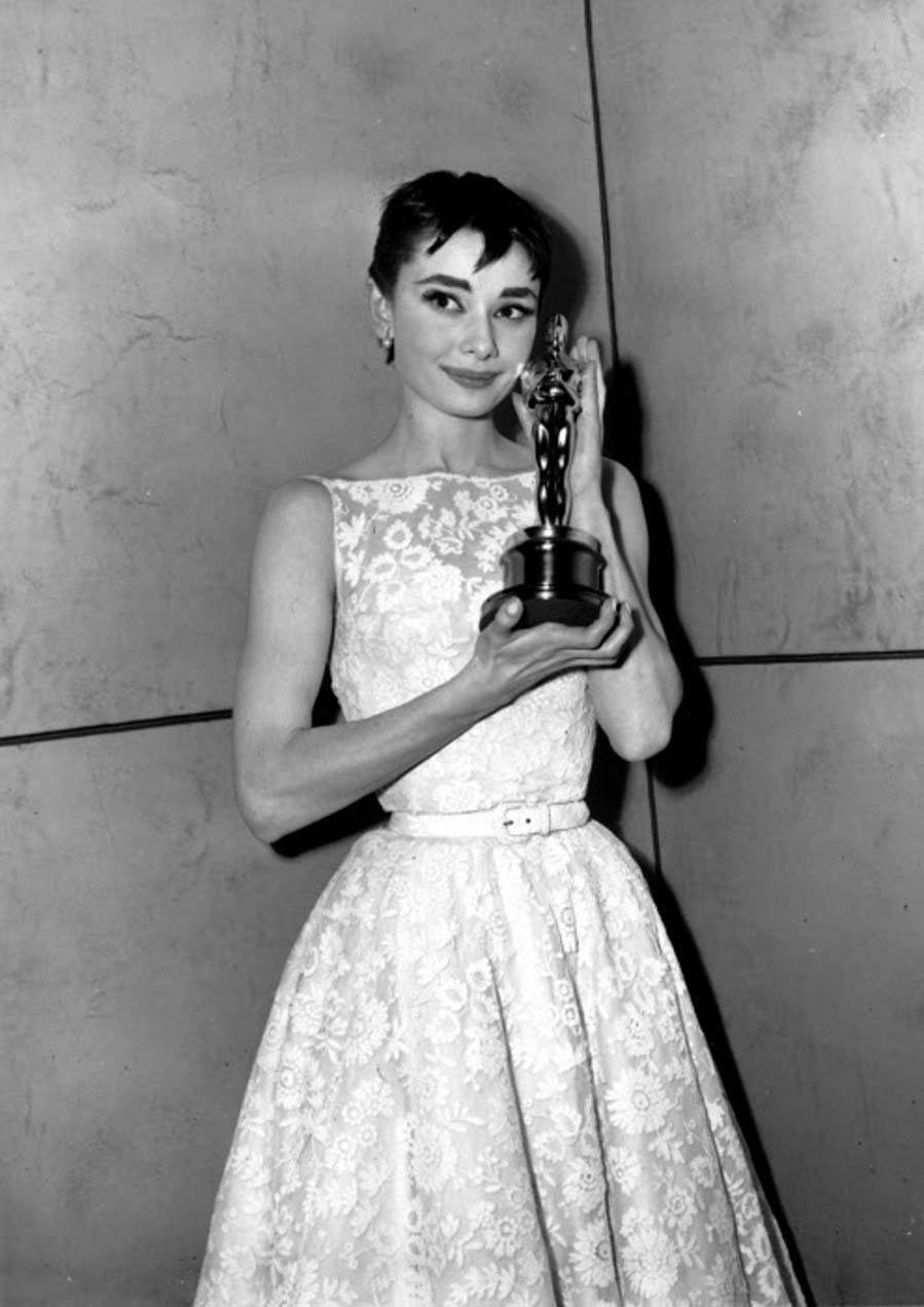Las mejor vestidas de los Oscar - Audrey Hepburn en 1954