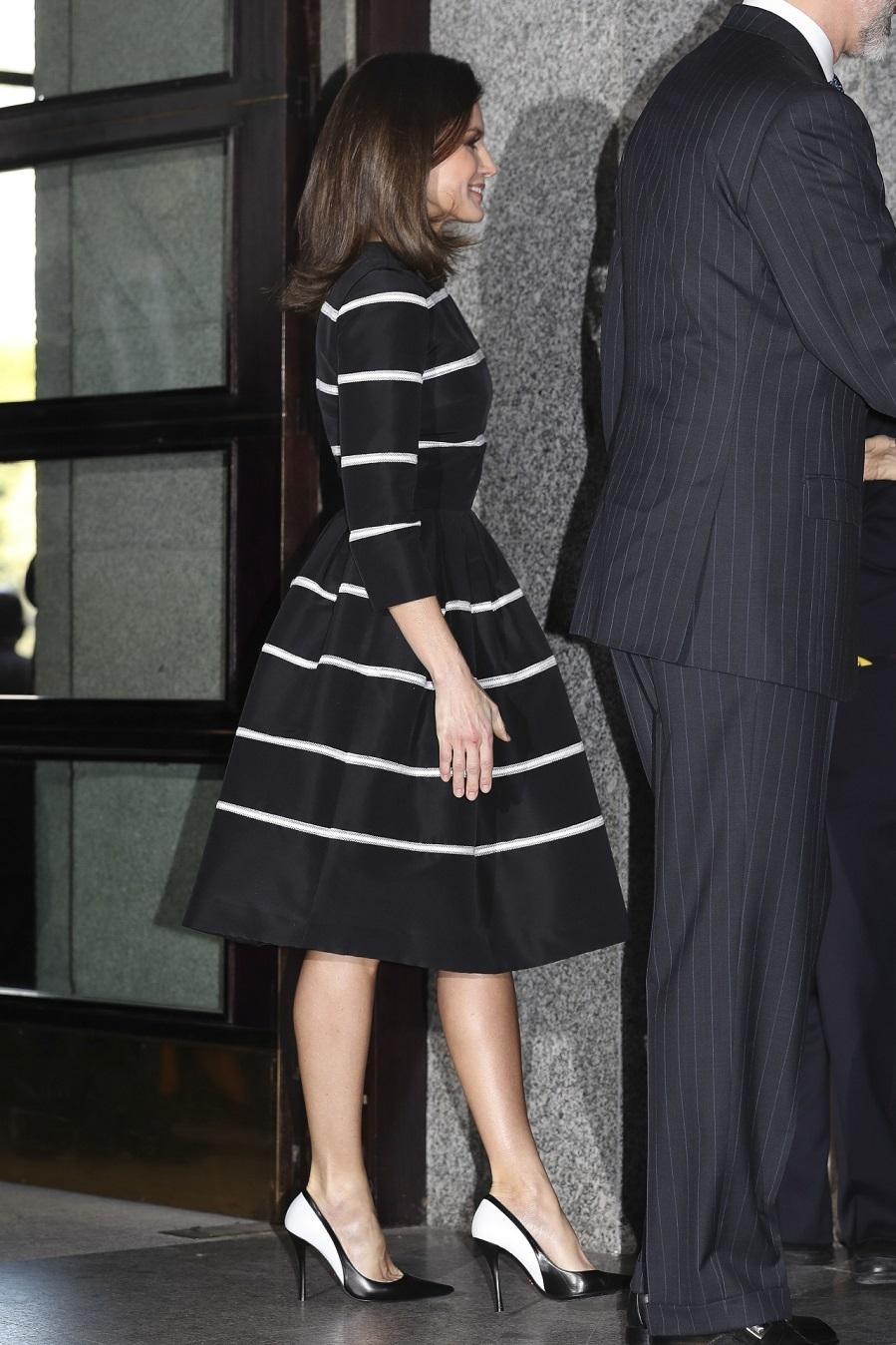 La Reina Letizia con vestido negro con rayas blancas de Carolina Herrera