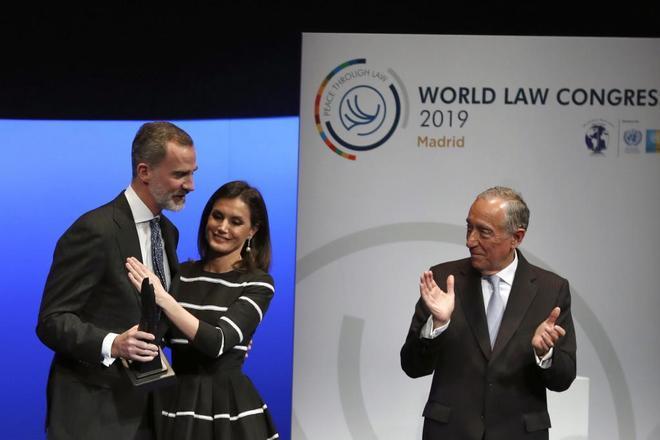 El Rey, felicitado por la Reina, tras recibir del presidente de Portugal el Premio de la Paz y la Libertad.