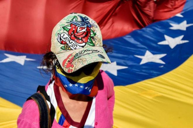 Una manifestante opositora participa en una concentración contra Nicolás Maduro en Cúcuta.