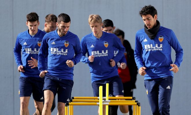 Mina, Gayà, Wass y Parejo, durante el entrenamiento del Valencia.