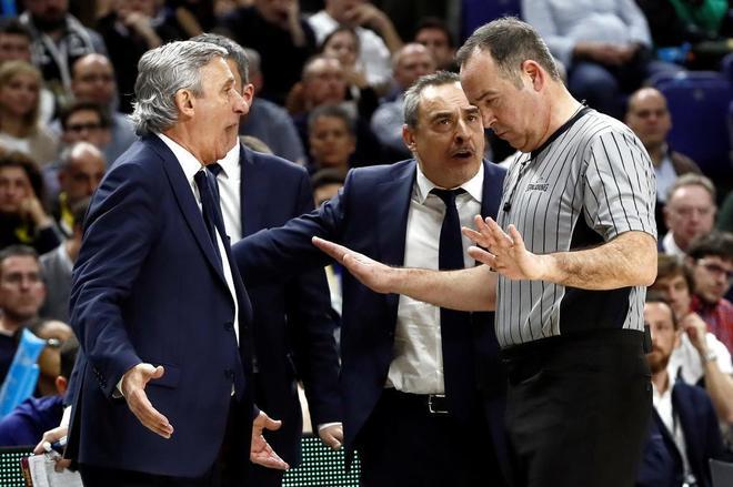 Pesic (i) conversa con uno de los árbitros, durante la final de la Copa entre Barcelona y Madrid.