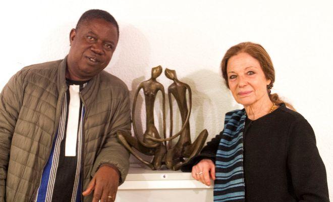 L'escultor africà Jean Luc Bambara junt a l'activista Inma Puig Vicent, al Museu etnològic de Castelló.