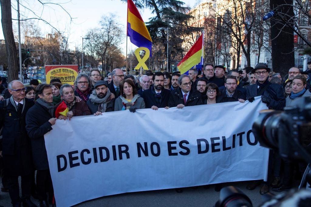 """Pancarta con el lema """"Decidir no es delito"""", en una concentración frente al Tribunal Supremo."""