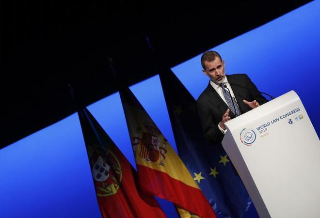 Felipe VI sale a defender la ley
