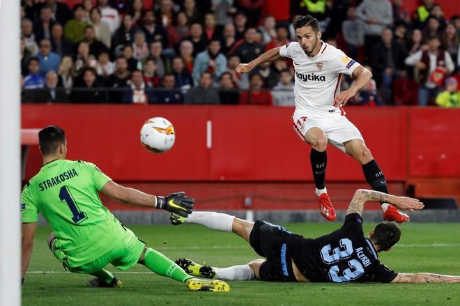 Sarabia marca el segundo gol del Sevilla al Lazio en el Pizjuán.