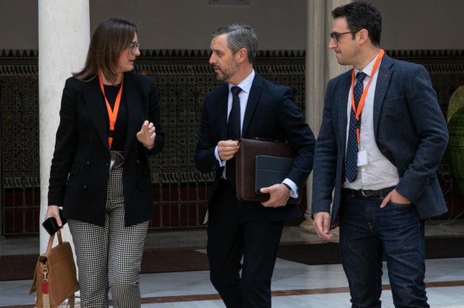 Juan Bravo, consejero de Hacienda del Gobierno de Andalucía, con dos de sus colaboradores, en los pasillos del Parlamento este miércoles.