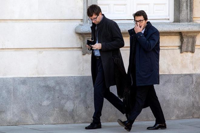 El ex conseller Carles Mundó (izqda.), junto a su abogado, a su llegada al Tribunal Supremo.
