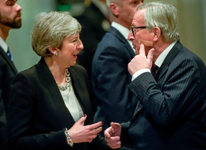 Theresa May y Jean-Claude Juncker se saludan en Bruselas