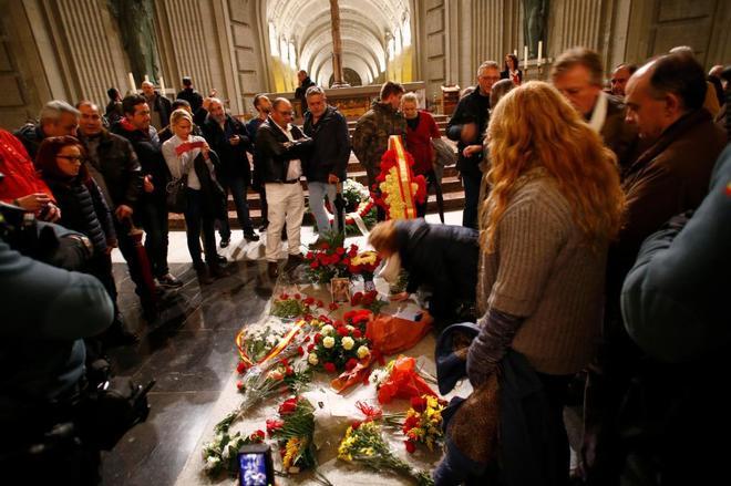 La tumba de Francisco Franco en el Valle de los Caídos, rodeada de simpatizantes el 20 de noviembre.