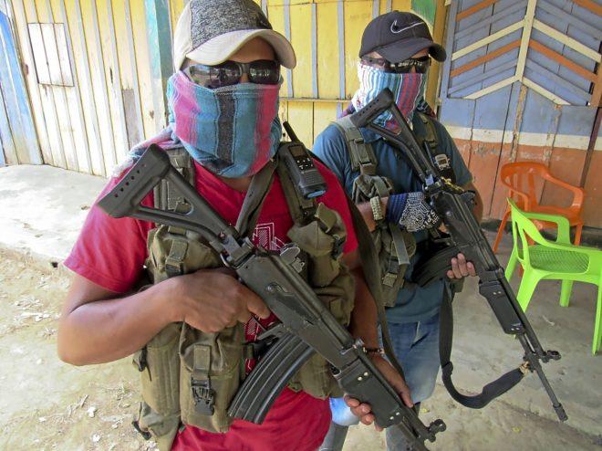 Dos escoltas del 'Clan del Golfo', en la Serranía San Lucas, en el departamento de Bolívar.