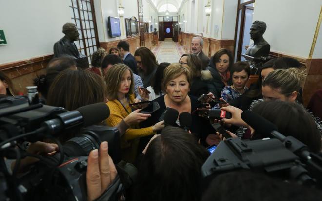 Celia Villalobos, rodeada de periodistas, ayer, en el Congreso de los Diputados.