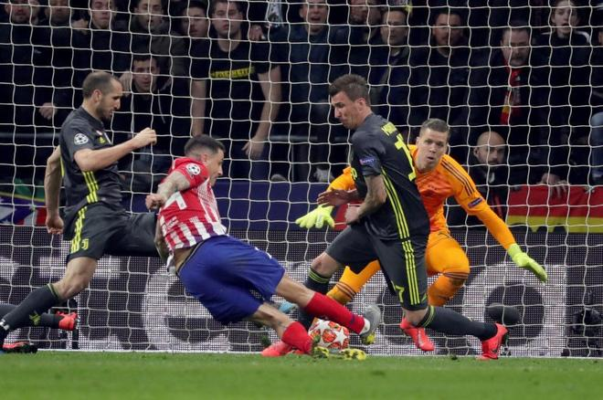 Giménez marca el primer gol del Atlético a la Juventus.