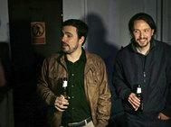 Alberto Garzón y Pablo Iglesias sostienen sendos botellines de cerveza tras cerrar el famoso 'pacto de los botellines' por el que se creó la coalición Unidos Podemos