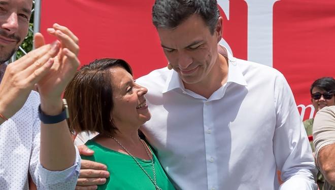 La diputada Sofía Hernanz junto al presidente Pedro Sánchez durante la campaña de 2016 en Ibiza.