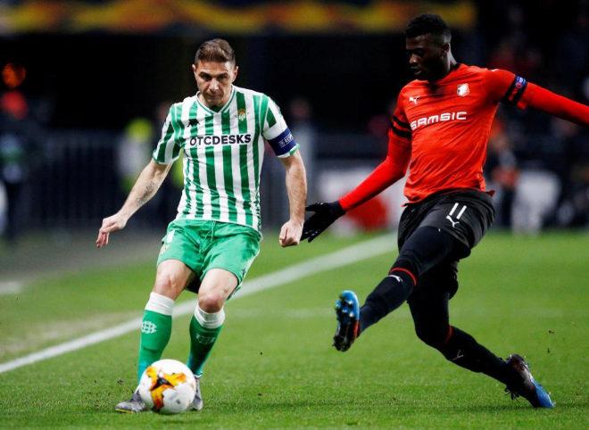 Joaquín y M'Baye Niang disputan un balón en el partido de Europa League entre Betis y Rennes