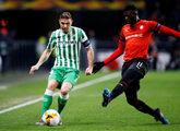 Joaquín y M'Baye Niang disputan un balón en el partido de Europa...