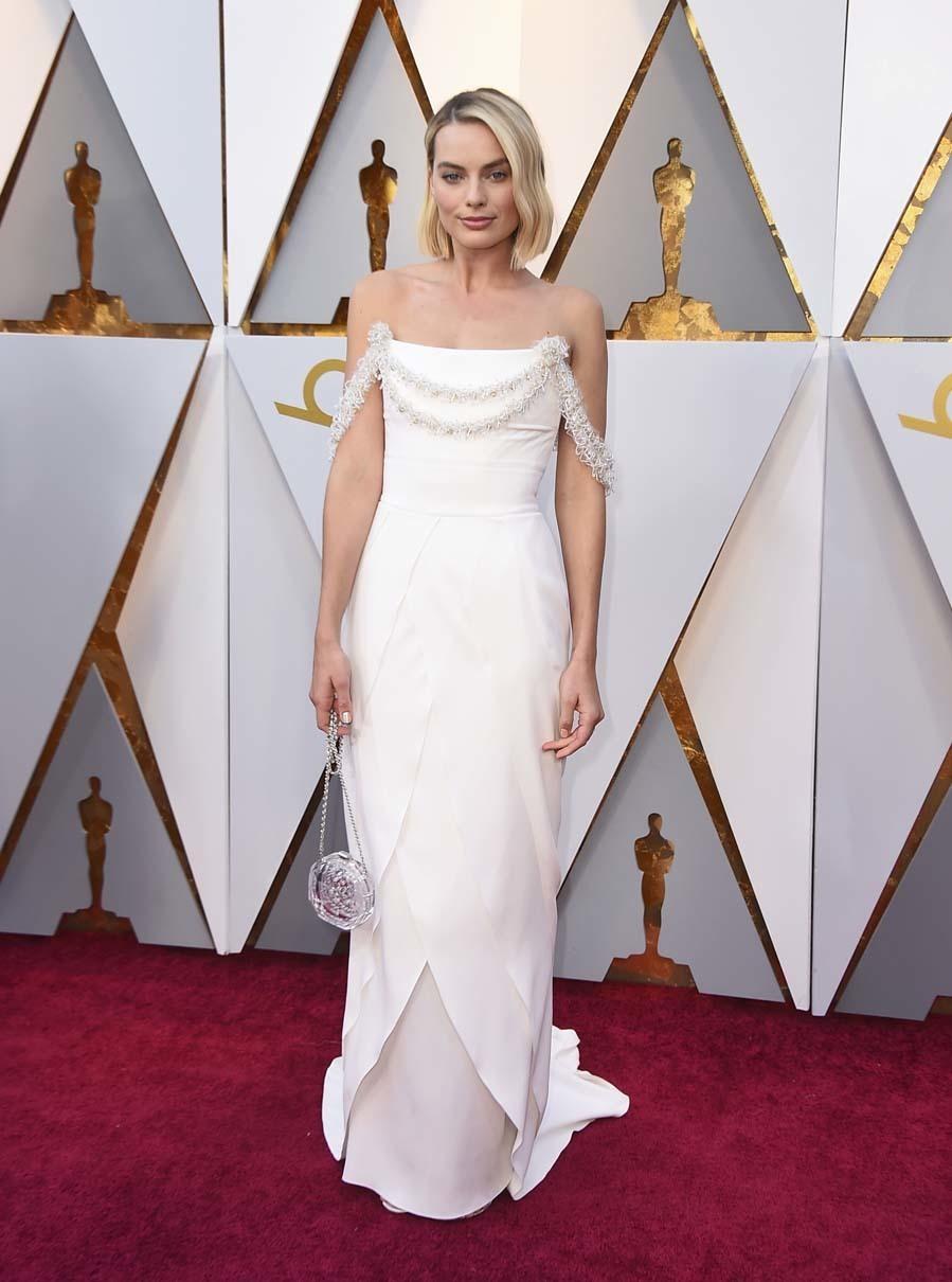 Margot Robbie con un vestido de Chanel en la alfombra roja de los...