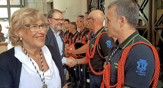 La alcaldesa Manuela Carmena y el delegado Javier Barbero saludan a la cúpula de Bomberos.