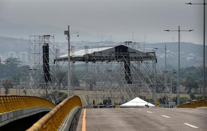 Vista del escenario instalado en el puente de Tienditas donde tendrá lugar el concierto.