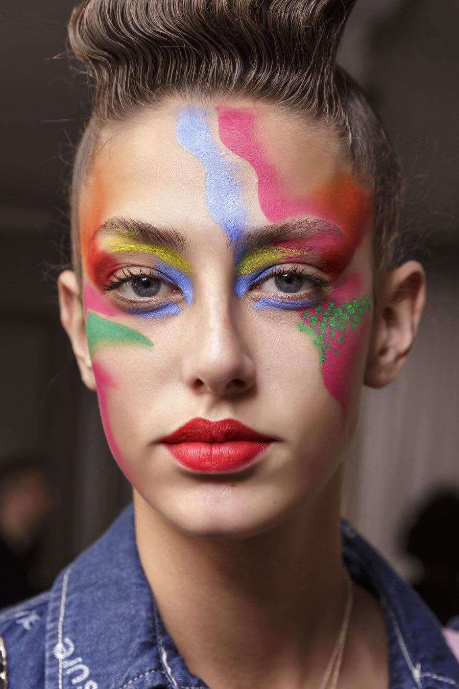 Los maquillajes de Manish Arora son siempre una fuente de inspiración segura para cualquier disfraz colorido y de fantasía. En este caso, se puede copiar con varias barras de labios y alguna sombra en lápiz o en crema. Por supuesto, las pinturas para cara homologadas son otra buena opción.