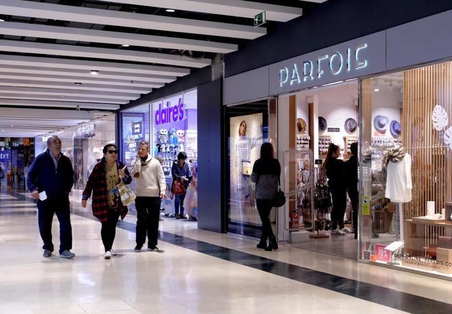 Clientes del centro comercial Ànec Blau, en Castelldefels, está mañana recorriendo las tiendas.