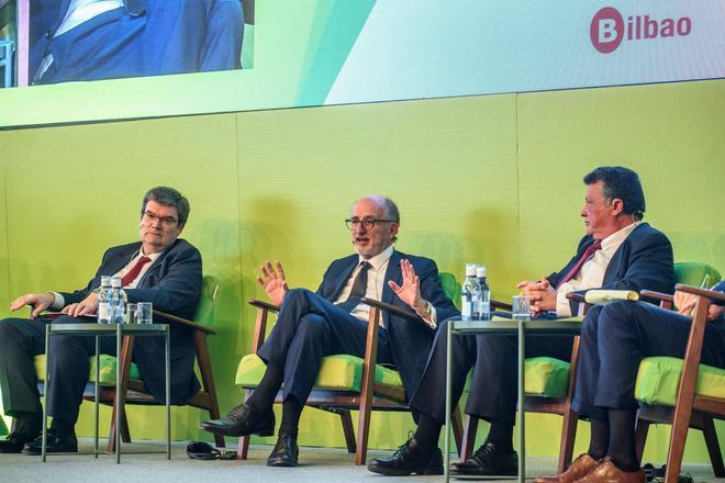 Antonio Brufau, presidente de Repsol, interviene en el Congreso, junto a Aburto y Emilio Titos.