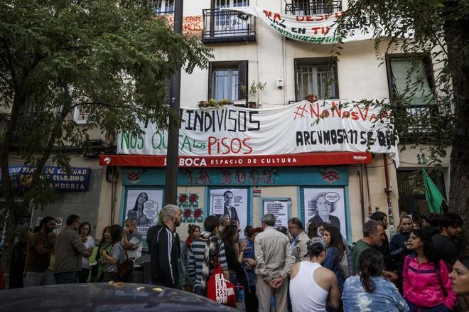 Manifestación frente al número 11 de la calle Argumosa por causa de un desahucio.
