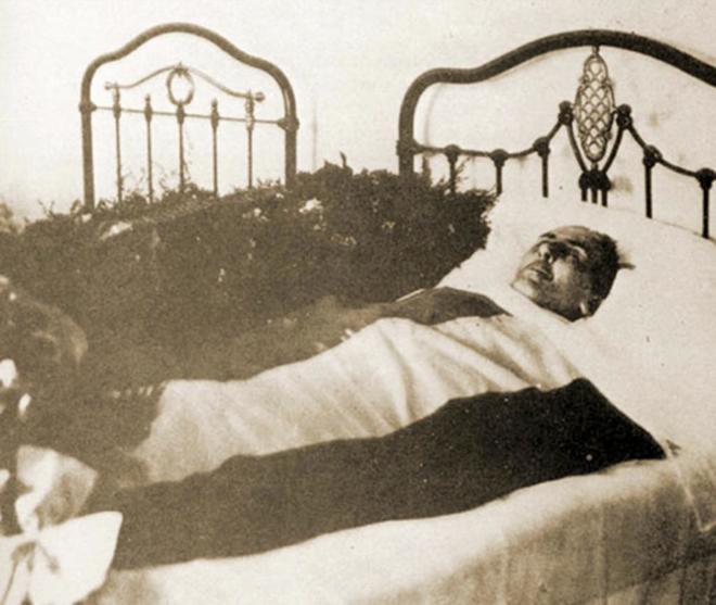 El cuerpo de Antonio Machado, envuelto en la bandera republicana, el 22 de febrero de 1939 en Colliure (Francia).