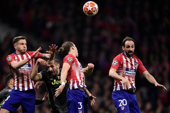 Chiellini, entre Saúl, Filipe Luis y Juanfran, durante el Atlético - Juventus.