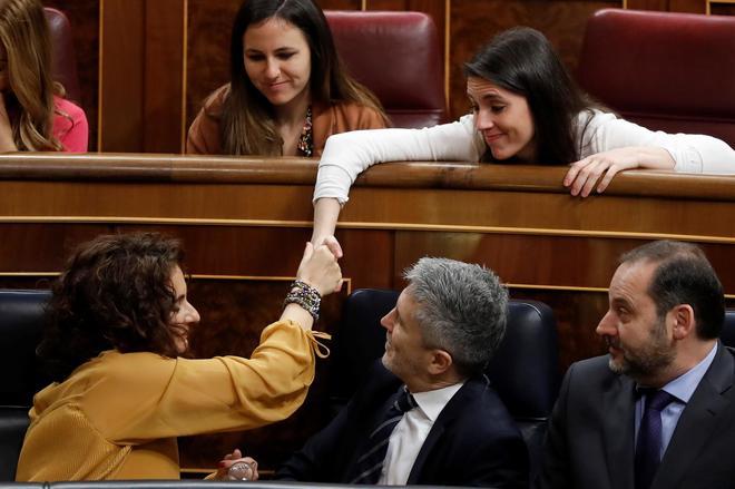 María Jesus Montero, ministra de Hacienda, estrecha la mano con la líder de Podemos, Irene Montero, en presencia del Ministro de Interior, Fernando Grande-Marlaska y el de Fomento, José Luis Ábalos.