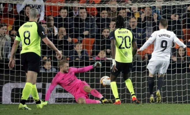 Gameiro bate a Bain para marcar el gol del Valencia ante el Celtic en Mestalla.