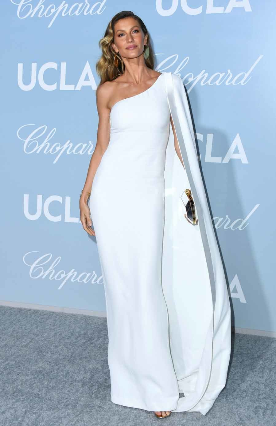 Gisele Bündchen con vestido capa de Stella McCartney- Gala Hollywood For Science